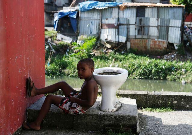 Hijyen ve sağlık hizmeti yoksunluğundan ötürü koronavirüs karşısında savunmasız  favelalardan biri olan Rio de Janeiro'nun Cidade de Deus'unda bir çocuk