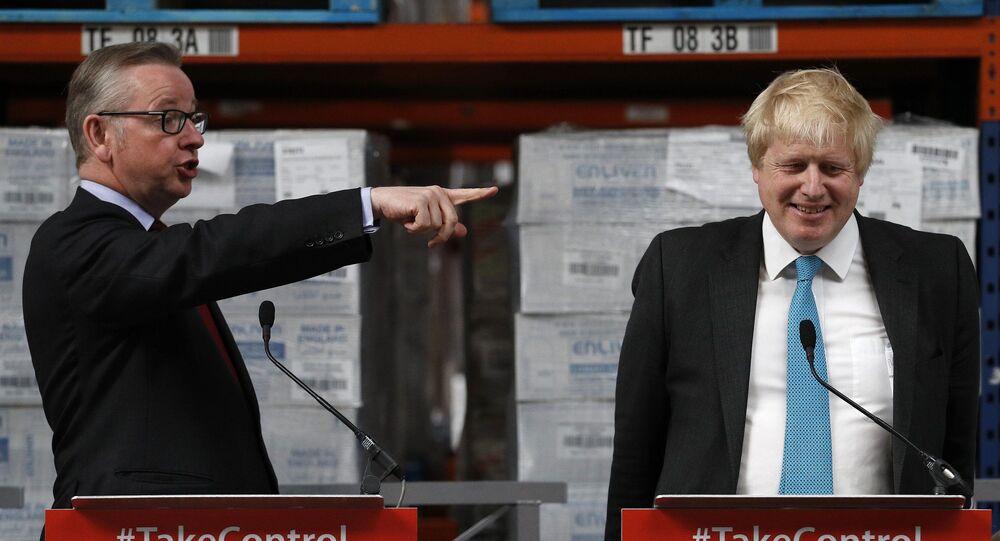 Michael Gove (solda) ile Boris Johnson 2016'da bir Brexit kampanyasında