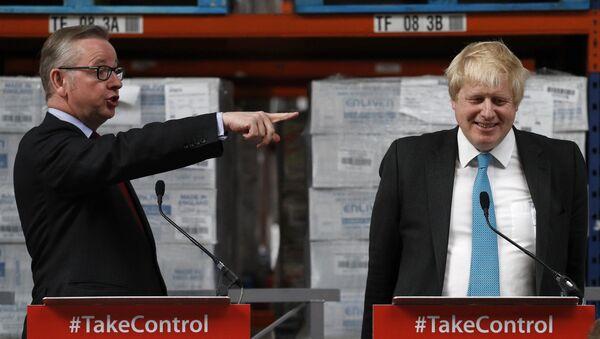 Michael Gove (solda) ile Boris Johnson 2016'da bir Brexit kampanyasında  - Sputnik Türkiye