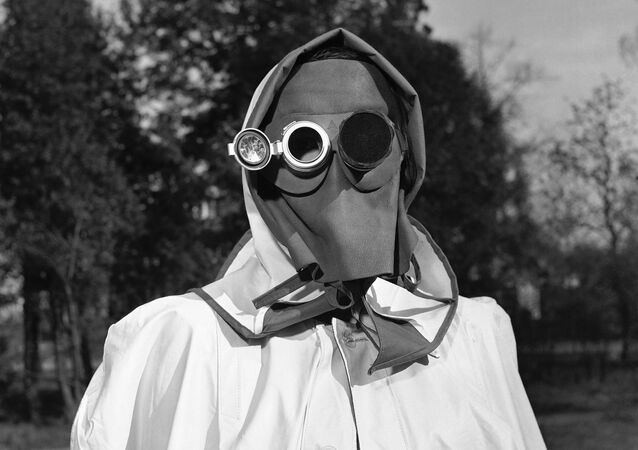Almanya'nın Hamburg kentinde radyoaktif yağışlardan korunması için takılması tavsiye edilen yüz maskesi, 1957