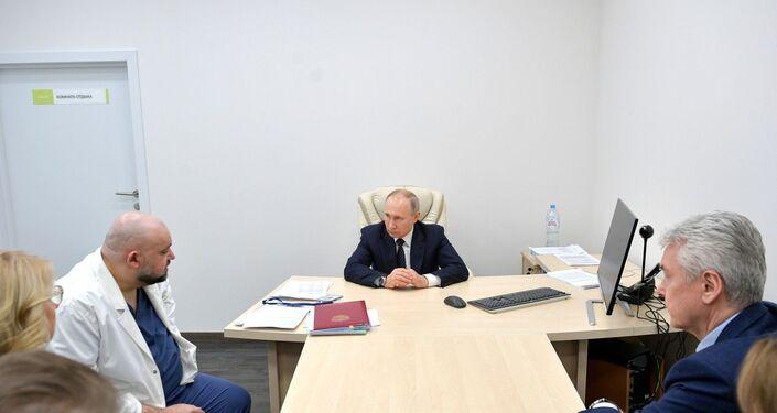 Putin Moskova yakınındaki 'koronavirüs hastanesini' ziyaret etti