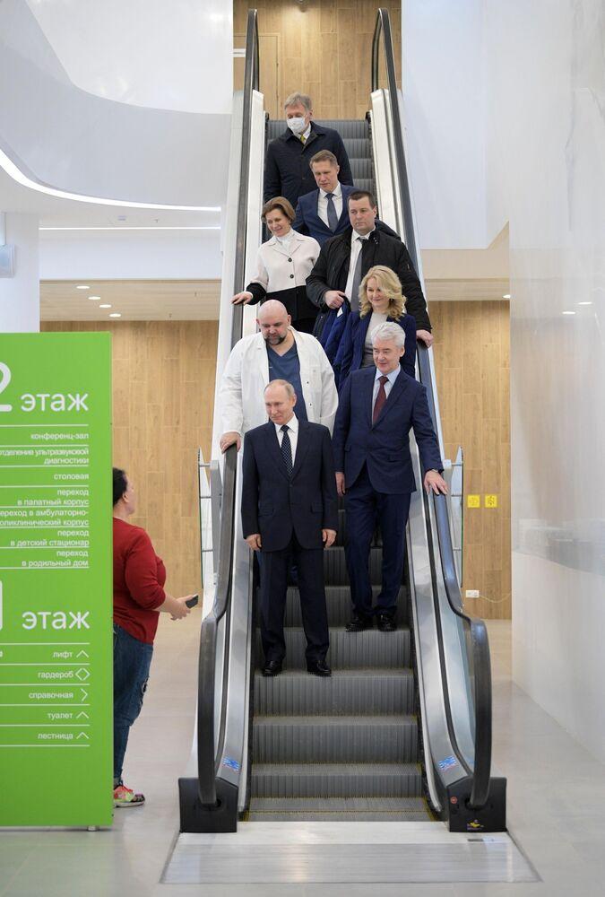Rusya Devlet Başkanı Vladimir Putin, Moskova Bölgesi'ne bağlı Kommunarka kentine giderek koronavirüs hastalarının tedavi edildiği 40 no'lu hastaneyi ziyaret etti.