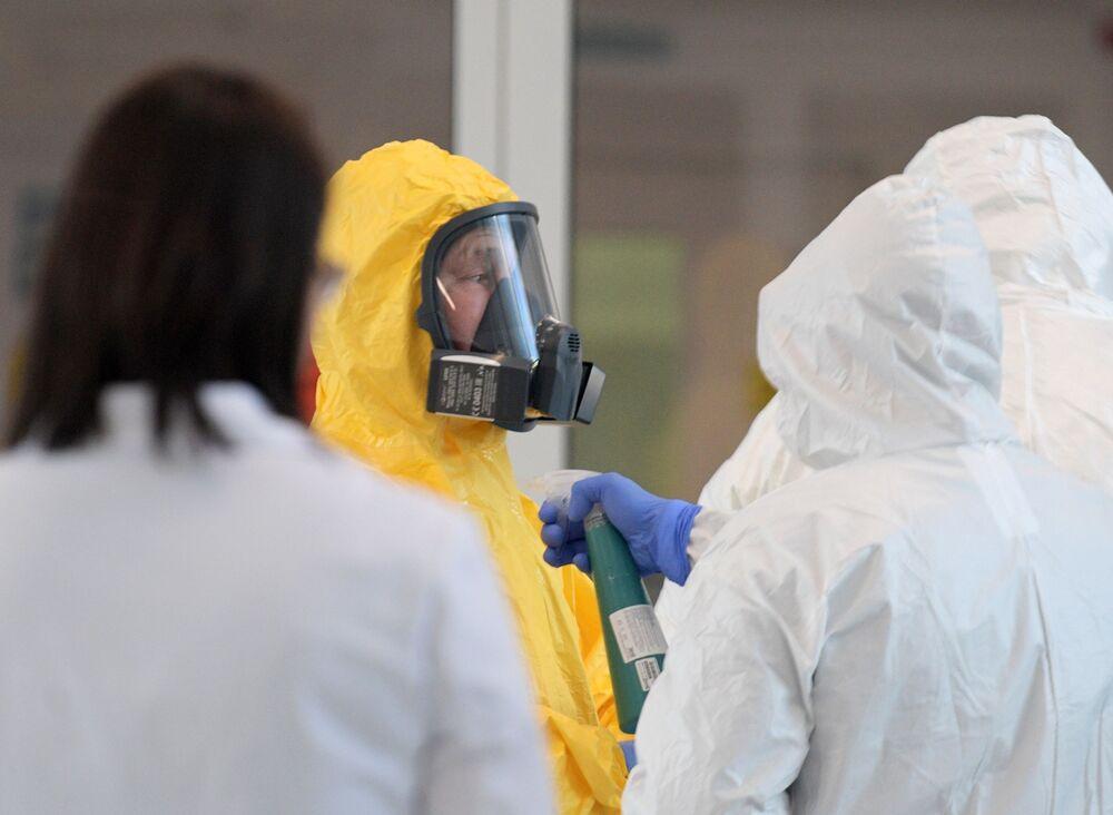 Kremlin Sözcüsü Dmitriy Peskov'un aktardığına göre Putin, koronavirüs hastalarının tedavi edildiği ve belirtileri taşıyan hastaların karantinada tutulduğu hastaneyi ziyaret sırasında sarı tulum giyip maske takarak tüm güvenlik önlemlerini aldı.