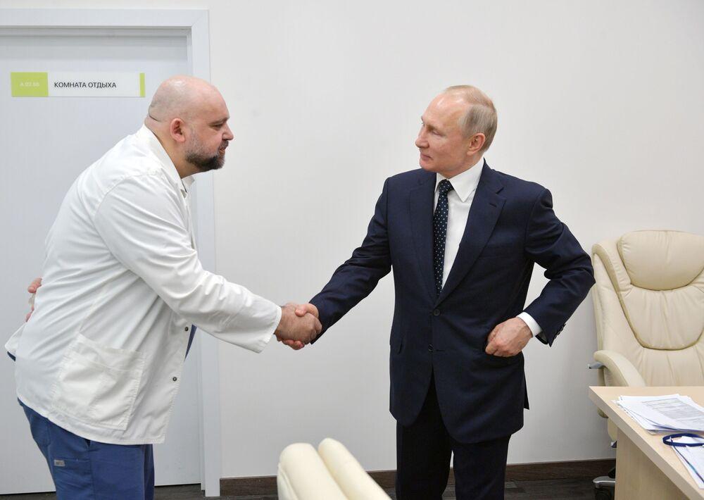 Rus lider, kendisine eşlik eden 40 no'lu hastanenin Başhekimi Denis Protsenko'dan bilgi aldı.