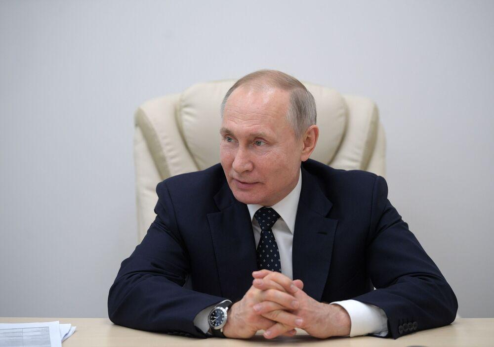 Vladimir Putin, 40 no'lu hastanenin Başhekimi Denis Protsenko ile konuşurken.