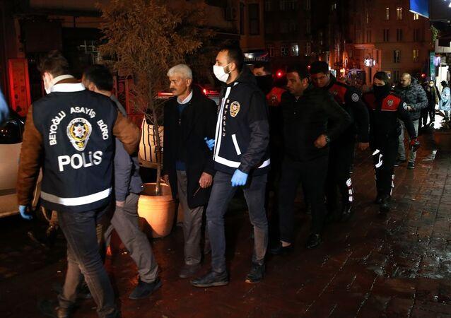Beyoğlu'nda, İçişleri Bakanlığınca yeni tip koronavirüs (Kovid-19) salgını ile mücadele kapsamında alınan tedbirleri ihlal ederek iki dernekte bir araya gelen 20 kişi gözaltına alındı. Polis tarafından gözaltına alınan 20 kişi hakkında idari işlem yapılacağı belirtildi.