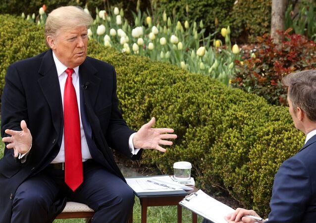 Donald Trump, Beyaz Saray'ın Gül Bahçesi'nde, Fox sunucusu Bill Hemmer'la koronavirüs hakkında konuşurken