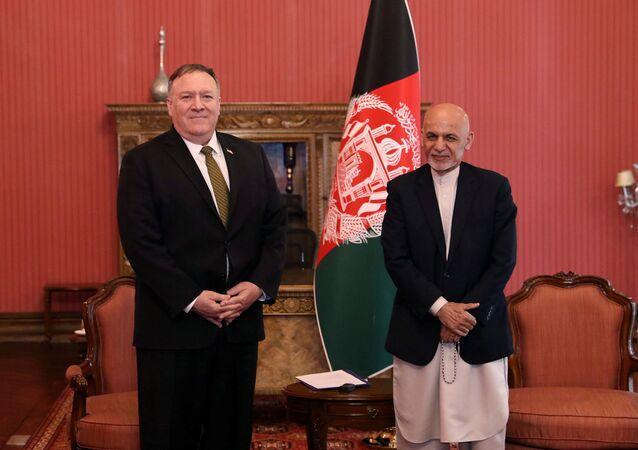Mike Pompeo, Kabil'deki Afgan başkanlık sarayında Eşref Gani tarafından kabul edilirken (23 Mart 2020)