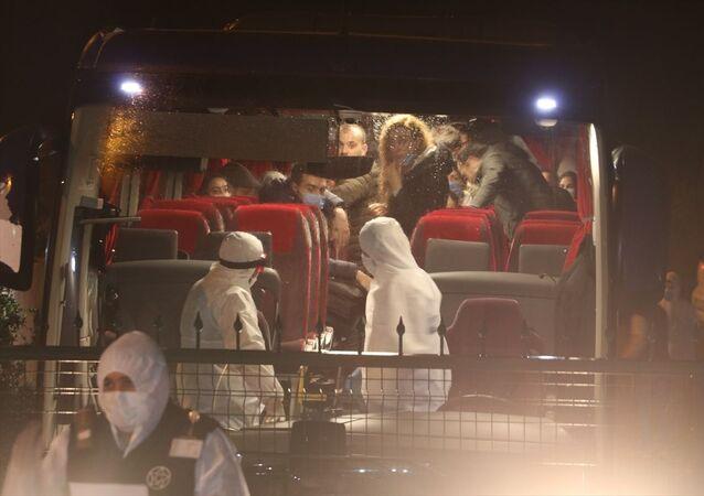 İngiltere'nin başkenti Londra'dan uçakla İstanbul'a gelen 142 Türk vatandaşı, yeni tip koronavirüs (Kovid-19) önlemleri kapsamında Sakarya'da Kredi Yurtlar Kurumuna (KYK) bağlı yurda yerleştirildi.