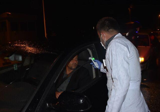 Adıyaman Halk Sağlığı Müdürlüğü ekipleri, kentin giriş ve çıkışındaki polis uygulama noktalarında yolcu taşıyan araç ve minibüslerde yeni tip koronavirüs (Kovid-19) tedbirleri kapsamında yolcuların ateşini ölçtü.