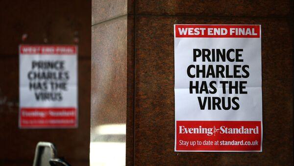 Bazı gazetelerin Londra sokaklarına astığı günlük anonsları, 26 Mart'ta, Britanya Veliaht Prensi Charles'ın koronavirüse yakalandığı haberi kapladı. - Sputnik Türkiye