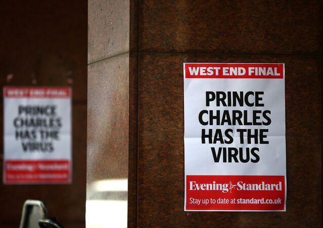 Bazı gazetelerin Londra sokaklarına astığı günlük anonsları, 26 Mart'ta, Britanya Veliaht Prensi Charles'ın koronavirüse yakalandığı haberi kapladı.