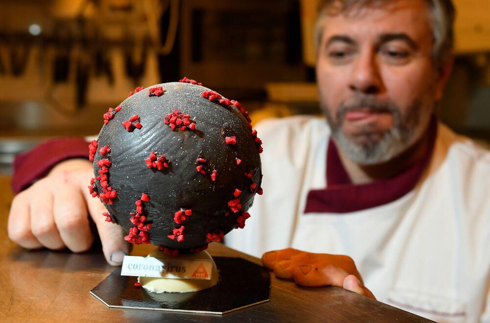 Fransız çikolata ustası Jean-Francois Pre, koronavirüs şekline benzetilen bademli çikolatadan yapılmış paskalya yumurtalarını tanıttı.