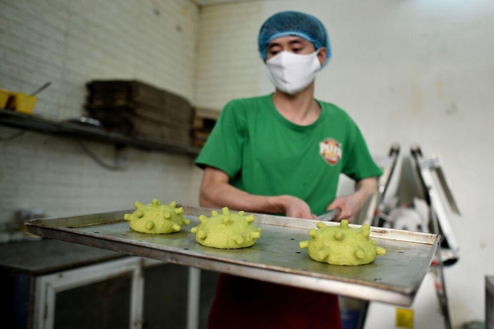 Vietnamlı aşçı Dang Van Khu, koronavirüs şeklinde poğaçalar pişirirken...
