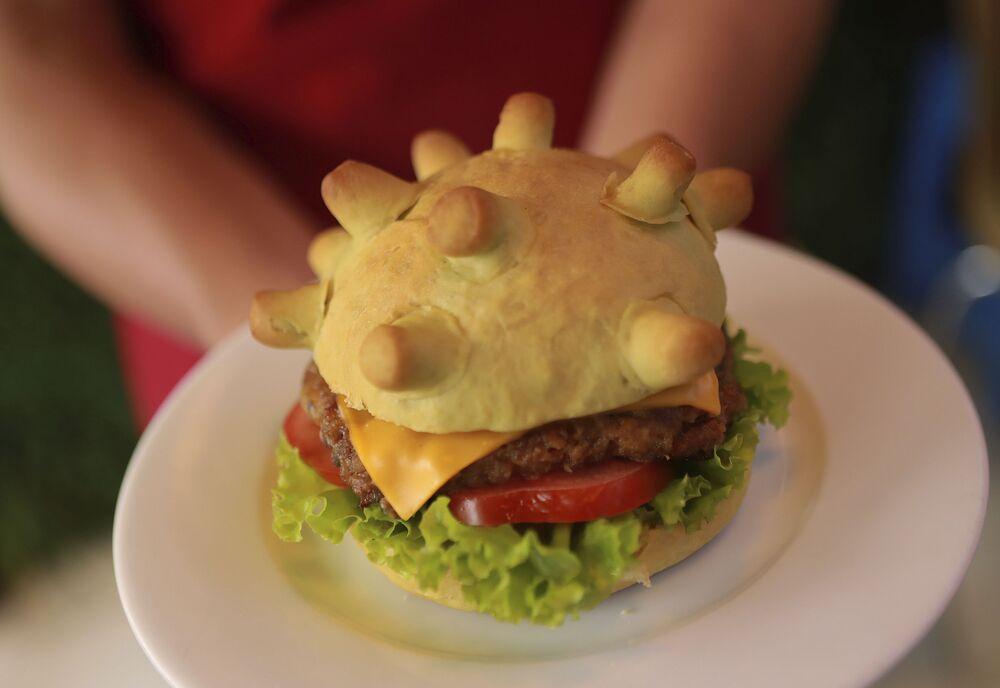 Vietnam'ın başkenti Hanoi'de  bir restoranda 'Corona burger' pişirilmeye başlandı.