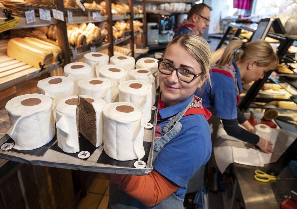 Almanya'nın Dortmund kentindeki bir fırıncı dükkanında tuvalet kağıdı rulosu şeklinde kekler pişiriliyor.