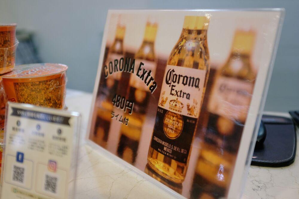 Japonya'nın Osaka kentindeki bir otelin resepsiyonunda bulunan Corona birası için indirim ilanı.