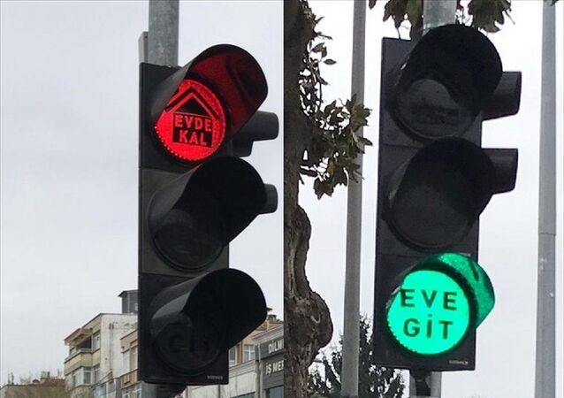 Trafik ışıklarıyla koronavirüse karşı 'Evde kal' çağrısı