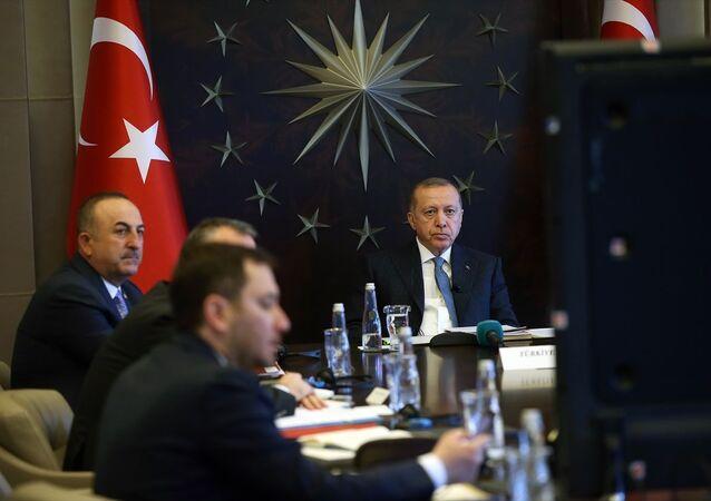 Türkiye Cumhurbaşkanı Recep Tayyip Erdoğan, yeni tip koronavirüs (Kovid-19) gündemiyle toplanan G20 Liderler Olağanüstü Zirvesi'ne Huber Köşkü'nden video konferans yöntemiyle katıldı.