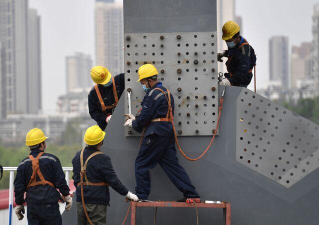 Vuhan'da çalışan işçiler.