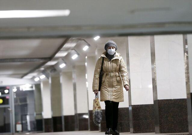 Rusya'nın başkenti Moskova'da yeni tip koronavirüs (Kovid-19) tedbirleri kapsamında 28 Mart- 5 Nisan tarihleri arasında parklar, eğlence mekanları, restoranlar ve sosyal alanlar kapalı olacak. Başkent Moskova'da dükkanların kapalı, cadde ve sokakların sakin olduğu görüldü.