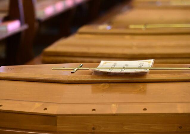 İtalya'da, yeni tip koronavirüsten (Kovid-19) ölenlerin sayısı 889 kişi artarak, 10 bin 23'e yükseldi. En çok vaka ve kaybın yaşandığı Bergamo kentinin Seriate bölgesindeki San Giuseppe Kilisesi'nde düzenlenen törenin ardından cenazeler askeri araçlar ile alınarak krematoryumlara götürüldü.