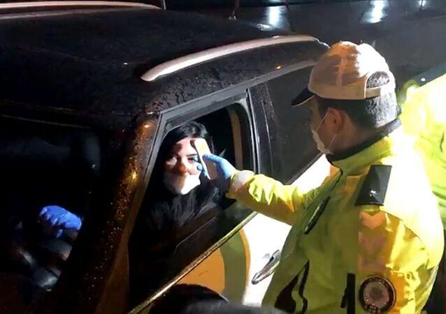 İstanbul'da yeni tip koronavirüs (Kovid-19) tedbirleri kapsamında, kentin giriş ile çıkış noktalarında sürücülere ve yolculara ateş ölçümü yapılıyor.