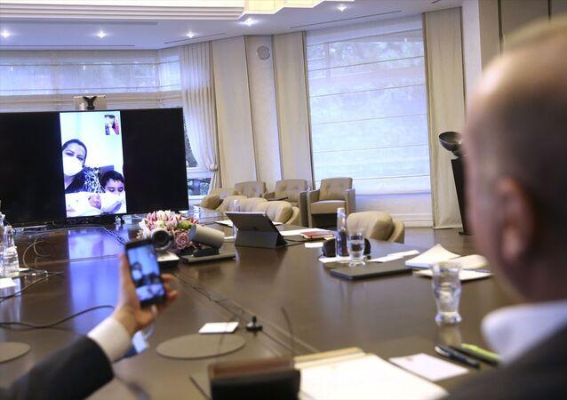 Türkiye Cumhurbaşkanı Recep Tayyip Erdoğan, Kuzey Kıbrıs'tan gelip karantina altında bulunurken sevk edildiği Mersin Şehir Hastanesi'nde doğum yapan Sevda Gül'ü telefonla arayarak kutladı.