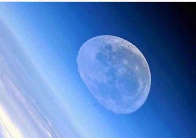 Rus kozmonotun çektiği eriyen ay