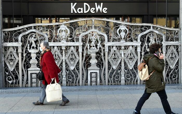 FILE PHOTO: People walk past Berlin's famous KaDeWe shopping center on the Kurfuerstendamm boulevard during the spread of coronavirus disease (COVID-19) in Berlin, Germany, March 26, 2020. REUTERS/Annegret Hilse/File Photo  GLOBAL BUSINESS WEEK AHEAD