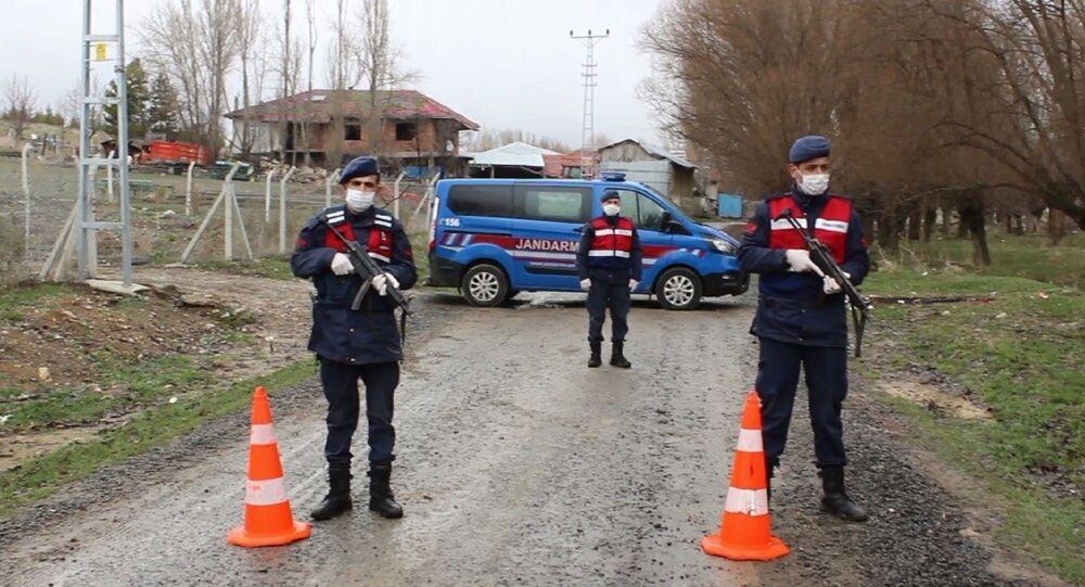Çankırı'da bir köy, korona virüs şüphesiyle tedbir amacıyla karantina altına alındı.
