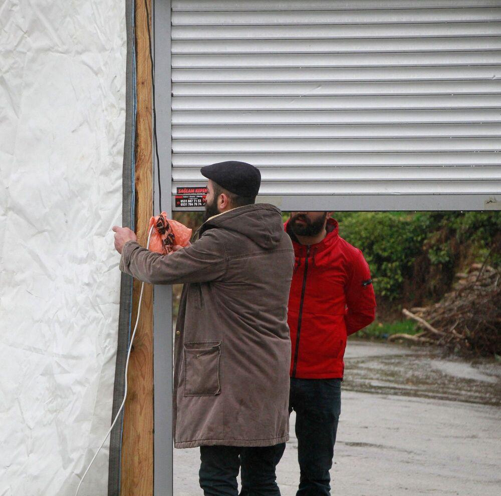 Kovid-19 vakalarının Türkiye'de de görülmeye başlaması üzerine 15 gün önce İstanbul'daki işletmelerini kapatan Eskici kardeşler, Çayeli ilçesine bağlı Aşıklar köyünün Merkez Mahallesi'ne geldi.