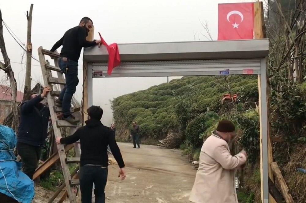 Amatör olarak müzikle uğraşan Eskici kardeşler, önlemler kapsamında zamanlarını evde geçiriyor, yazdıkları türküleri sosyal medyada paylaşarak 'evde kal' çağrısına destek veriyor.
