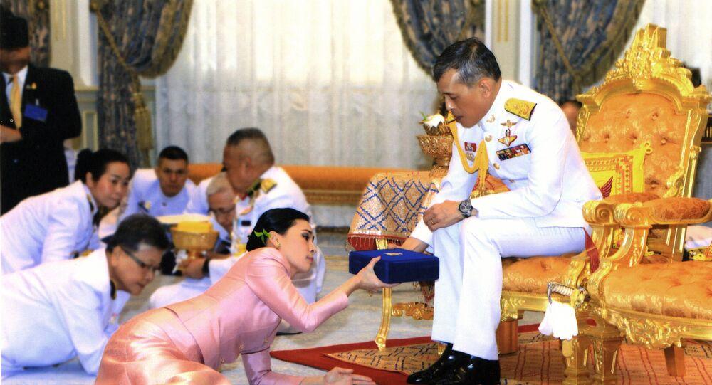 Tayland Kralı Maha Vajiralongkorn, tahta çıkmasının tamamlanmasından üç gün önce, Mayıs 2019'da, yaveri konumundaki Orgeneral Suthida Vajiralongkorn na Ayudhya ile evlenip onu Kraliçe ilan etmişti.