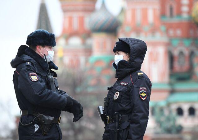 Kızıl Meydan'da görev yapan maskeli polisler.