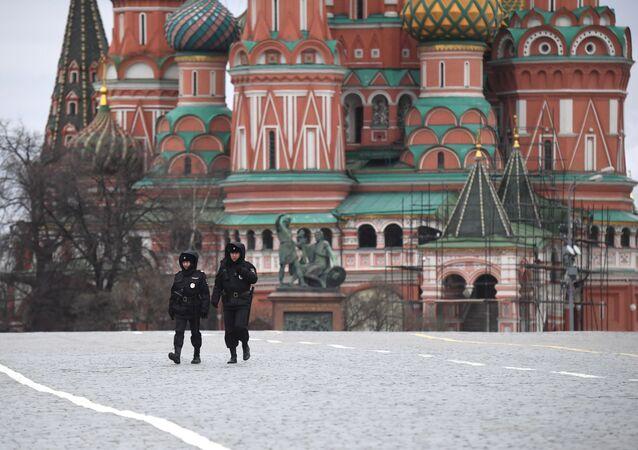 Rusya Başbakanı Mihail Mişustin, karantinanın ihlali ile ilgili cezaların ağırlaştırılmasını öngören yasa değişikliklerinin hükümet tarafından onaylandığını belirtti. Fotoğrafta: Boşalmış Kızıl Meydan'da görev yapan polisler