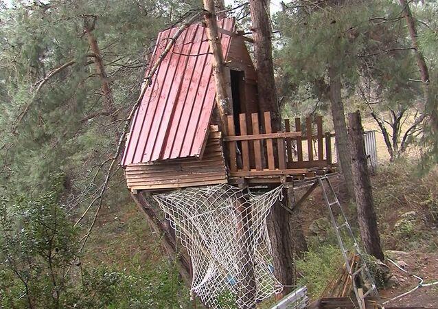 Manisalı üç arkadaş koronavirüsten korunmak için ağaç ev yaptı