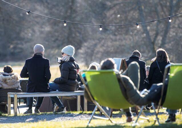 Koronavirüse rağmen İsveç'ten insanların sosyal mesafe uygulamaksızın toplu halde güzel havanın tadını çıkardığına dair fotoğraflar geliyor.