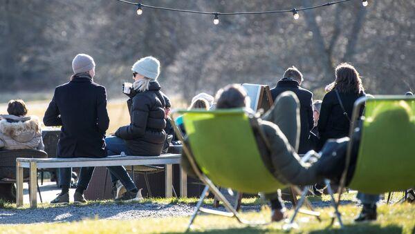 Koronavirüse rağmen İsveç'ten insanların sosyal mesafe uygulamaksızın toplu halde güzel havanın tadını çıkardığına dair fotoğraflar geliyor. - Sputnik Türkiye