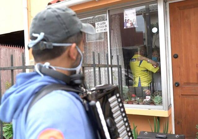 Şilili müzisyen, anne ve babasına pencerelerinin önünde akordeon çalıyor
