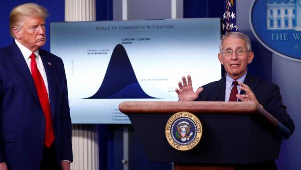 Doktor Deborah Birx ve Doktor Antony Fauci, Beyaz Saray'da ABD Başkanı Donald Trump'ın da katıldığı basın toplantısında ülkedeki salgına ilişkin yapılan tahminler konusunda sunum yaptı. - Sputnik Türkiye