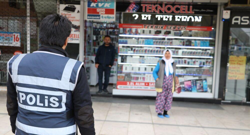 Kahramanmaraş'ta polis koronavirüs önlemleri kapsamında evine gitmesi için yaşlı kadını uyardı