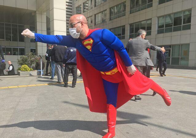 Superman maske ve eldivenlerini takıp İstanbul sokaklarına indi