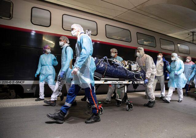 Fransız sağlık ekipleri, Paris bölge hastanelerinden tahliye ettikleri bazı koronavirüs hastalarını D'Austerlitz Garı'nda TGV hızlı trenine bindirerek Bretonya'ya nakletti.