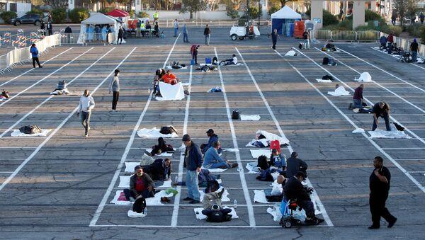 ABD'nin Nevada eyaletinin Las Vegas kentinde koronavirüs nedeniyle geçici barınağa ihtiyaç duyan evsizler ne duvarı ne de tavanı olan bir yere, açık otoparka yerleştirildi - Sputnik Türkiye