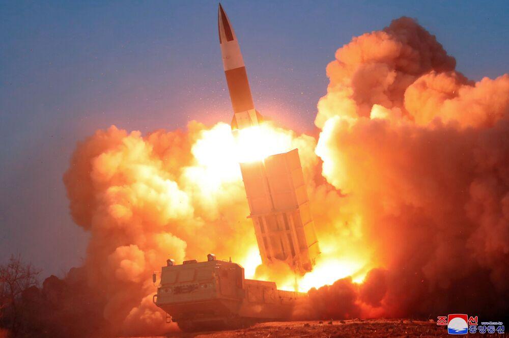 Kuzey Kore'de yeni  yapılan füze denemesinin bir görüntüsü.
