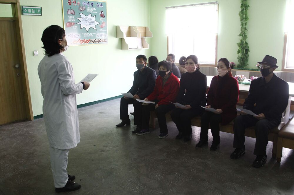 Başkent Pyongyang'da bir sağlık çalışanı koronavirüse karşı önlemler konusunda bilgilendirme yaparken