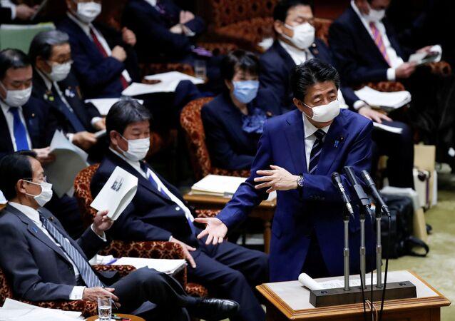 Japonya Başbakanı Şinzo Abe yüzünde maskeyle parlamentoya hitap ederken