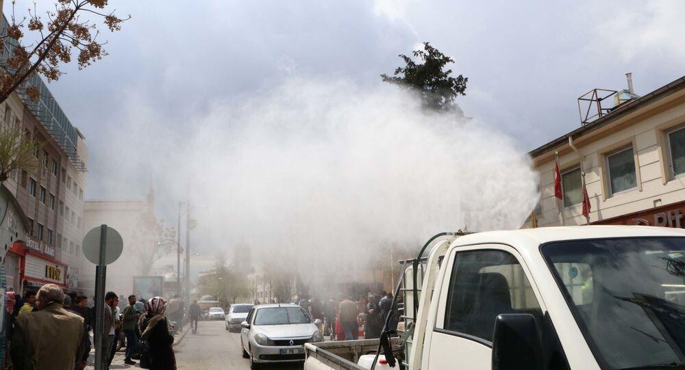 Sosyal mesafe uygulanmadı, belediye araçla dezenfektan püskürttü