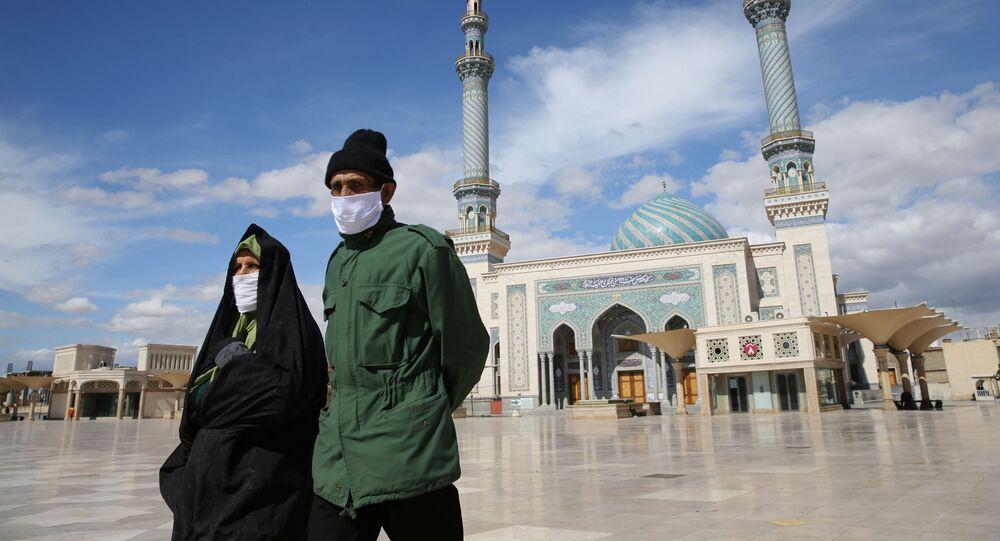 Maskeli İranlı çift, Kum kentinde.